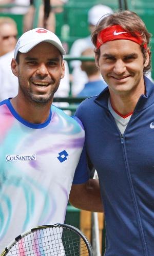 15.06.14 - Alejandro Falla e Roger Federer posam para foto antes da final em Halle