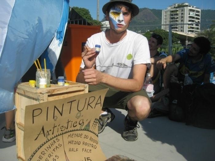 Argentino aproveita Copa do Mundo para faturar pintando rostos de compatriotas antes de duelo contra a Bósnia-Herzegóvina