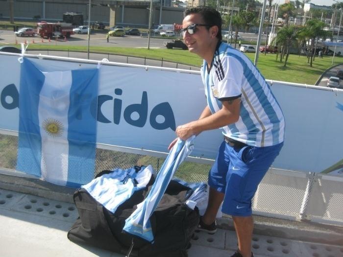 Argentino chega ao Maracanã com mala cheia de camisas e bandeiras da seleção nacional antes de partida de estreia na Copa do Mundo