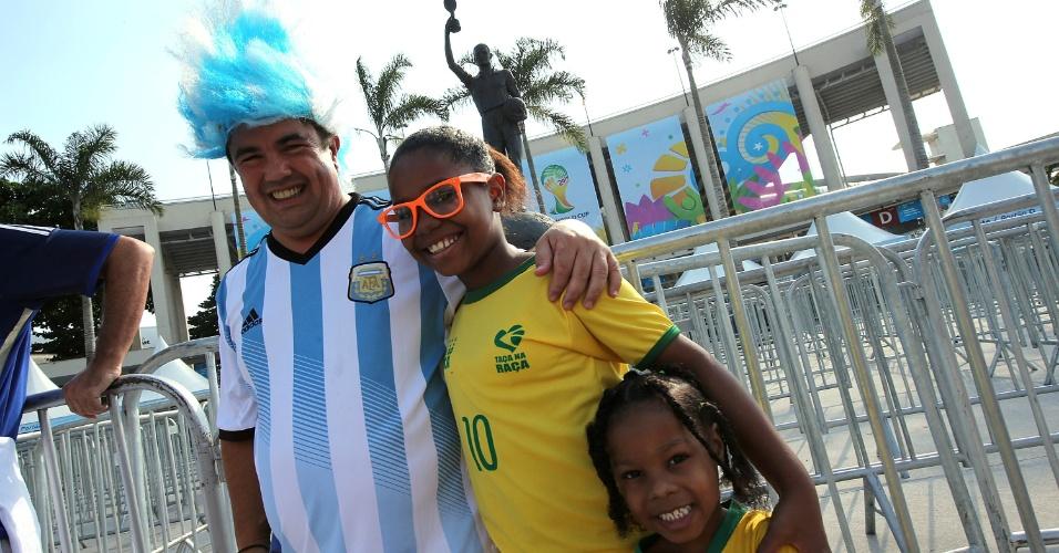Argentinos e brasileiras deixam rivalidade de lado e posam para foto antes de jogo da Argentina contra a Bósnia-Herzegóvina
