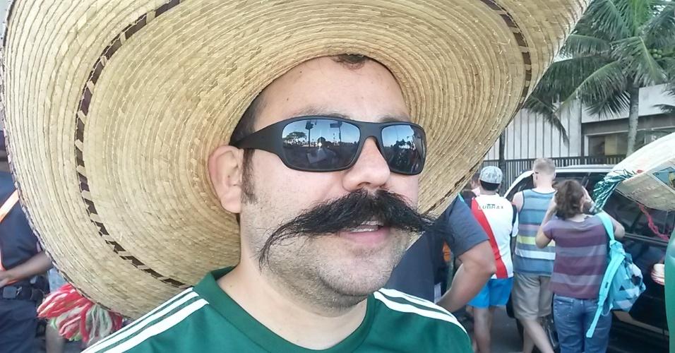 15.jun.2014 - Mexicano deixa bigode crescer oito meses e faz sucesso na Copa
