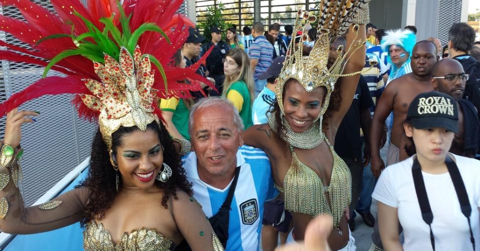 Torcedor argentino se diverte com passistas de escola de samba antes de partida entre Argentina e Bósnia-Herzegóvina