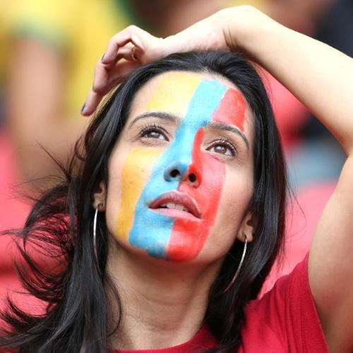 15.jun.2014 - Torcedora acompanha o duelo entre Equador e Suíça em Brasília, com direito a rosto pintado para entrar no clima da Copa