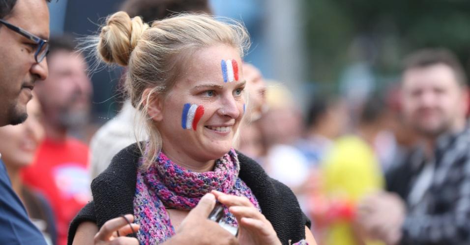 15.jun.2014 - Torcedora da França pintou o rosto para apoiar seleção em Fan Fest de São Paulo
