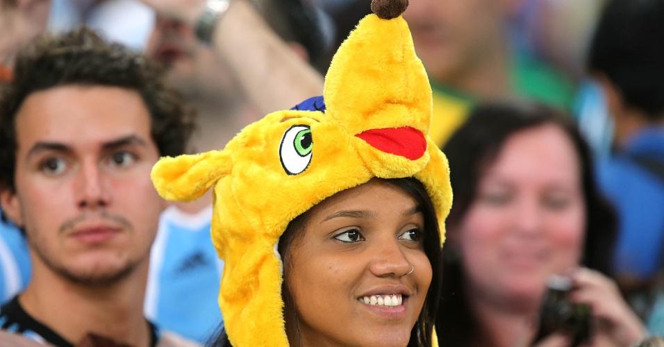 Torcedora usa chapéu do Fuleco, mascote da Copa, antes do jogo entre Argentina e Bósnia-Herzegóvina