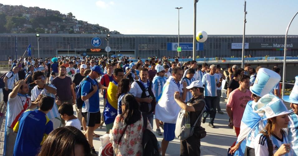 Torcedores (a maioria argentinos) chegam em peso ao estádio Maracanã pelo metrô para estreia contra Bósnia-Herzegóvina