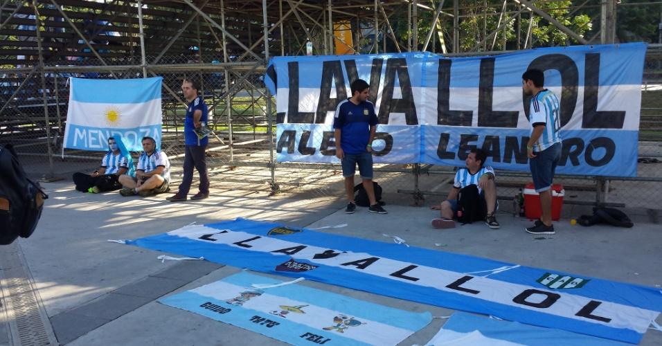Torcedores argentinos aguardam do lado de fora do Maracanã antes de estreia na Copa do Mundo contra a Bósnia-Herzegóvina