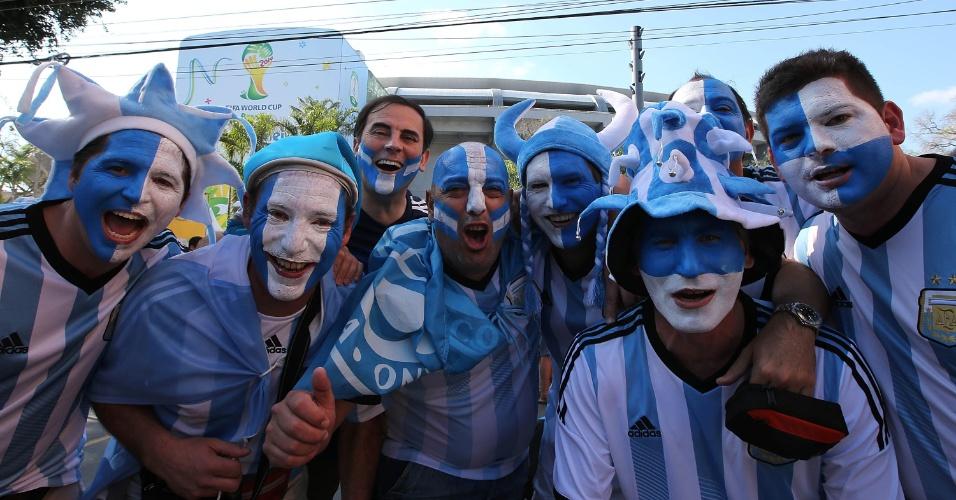 15.jun.2014 - Torcedores argentinos chegam animados e pintados para a estreia da seleção nacional contra a Bósnia-Herzegovina, no Maracanã