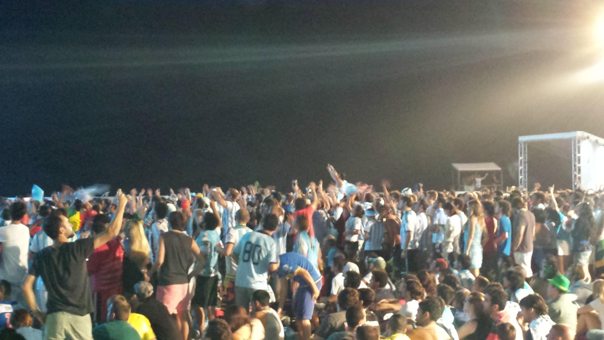 15.jun.2014 - Torcedores argentinos comemoram gol de Messi em Fan Fest no Rio de Janeiro