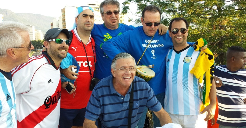 Torcedores argentinos e bósnios posam para foto abraçados antes de confronto entre as duas seleções no Maracanã