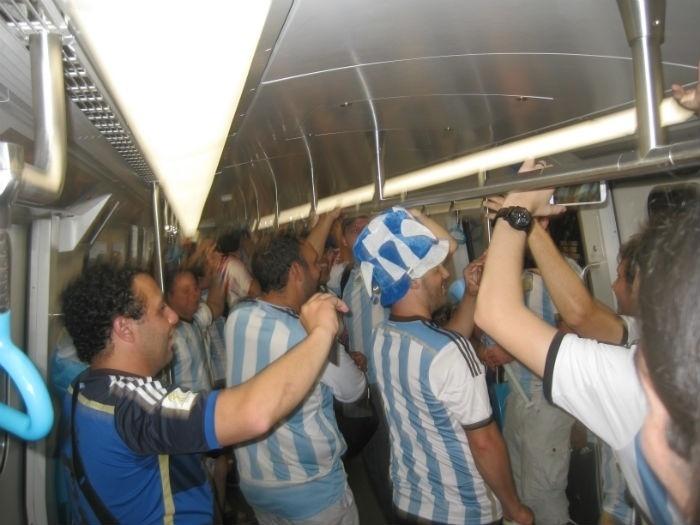 Torcedores argentinos enchem vagão do metrô do Rio de Janeiro antes de duelo contra a Bósnia-Herzegóvina, no Maracanã