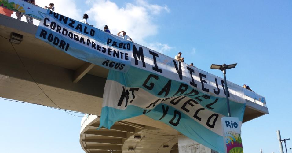 Torcedores argentinos estendem faixas pelo entorno do estádio do Maracanã antes de partida contra a Bósnia-Herzegóvina