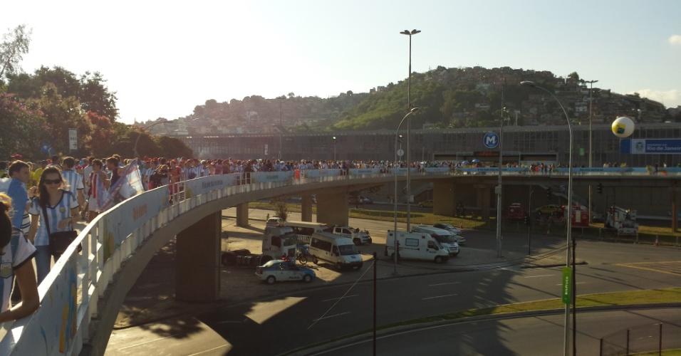 Torcedores caminham sobre viaduto que liga metrô ao estádio do Maracanã antes de partida entre Argentina e Bósnia-Herzegóvina