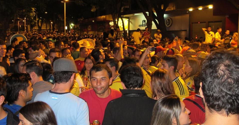 15.jun.2014 - Torcedores colombianos lotaram uma rua no centro de Belo Horizonte para festejar a vitória sobre a Grécia por 3 a 0