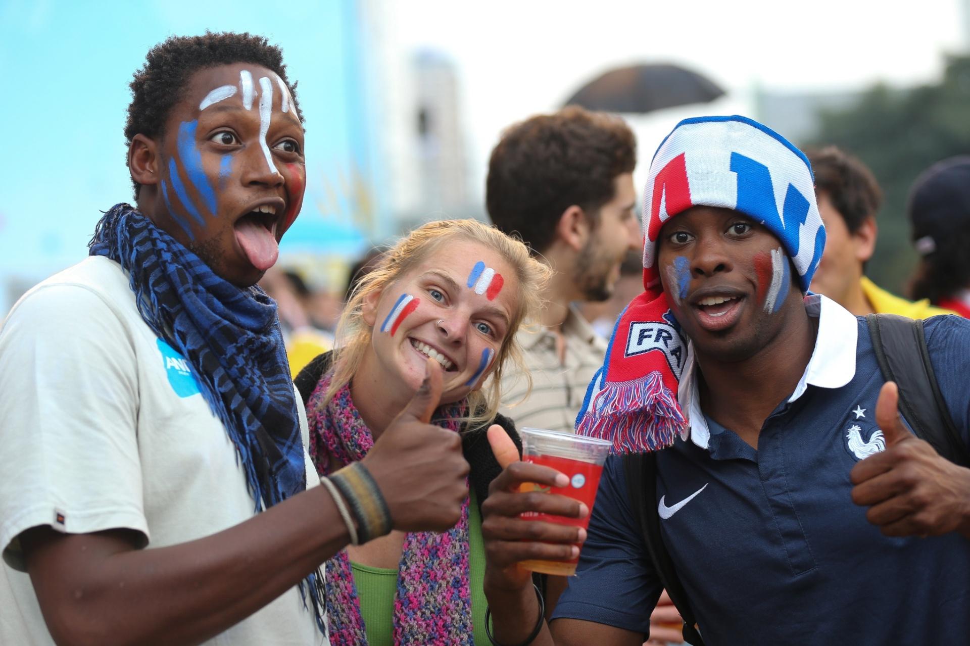 15.jun.2014 - Torcedores da França comemoram vitória sobre Honduras em Fan Fest de São Paulo