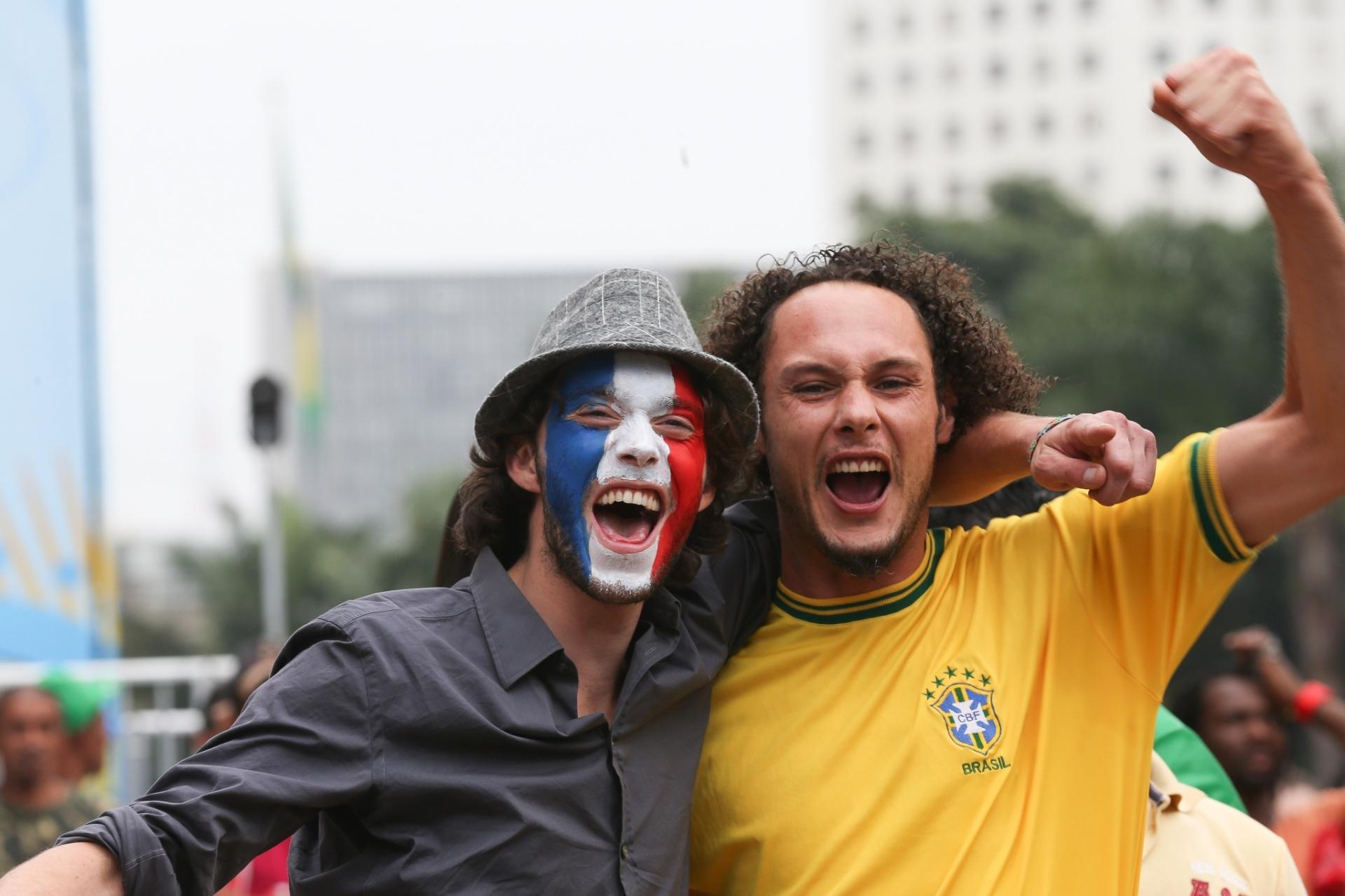 15.jun.2014 - Torcedores de França e Brasil se abraçam em Fan Fest de São Paulo