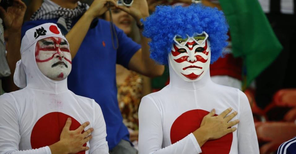 14.jun.2014 - Torcedores do Japão cantam o hino nacional antes da partida contra a Costa do Marfim