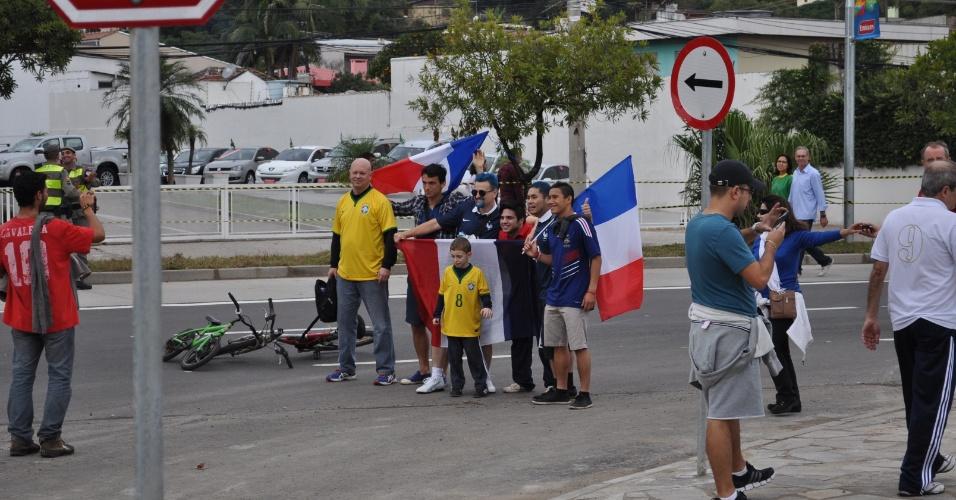 A França costuma ser algoz do Brasil em Copas do Mundo, mas os torcedores deixaram a rivalidade de lado para tirar fotos