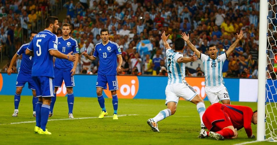 Aguero e Garay comemoram gol da Argentina, enquanto a defesa da Bósnia lamenta no Maracanã