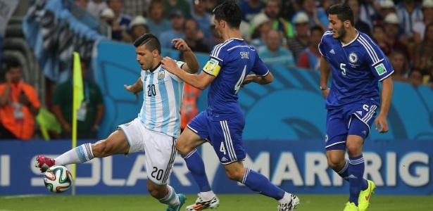 Aguero encara a marcação da Bósnia na primeira partida da Argentina na Copa do Mundo