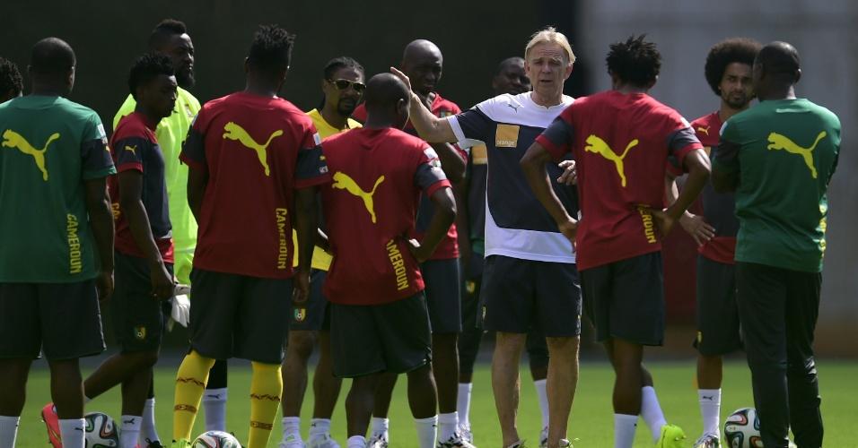 Após derrota na estreia, Volker Finke tenta arrumar o time de Camarões em treino em Vitória
