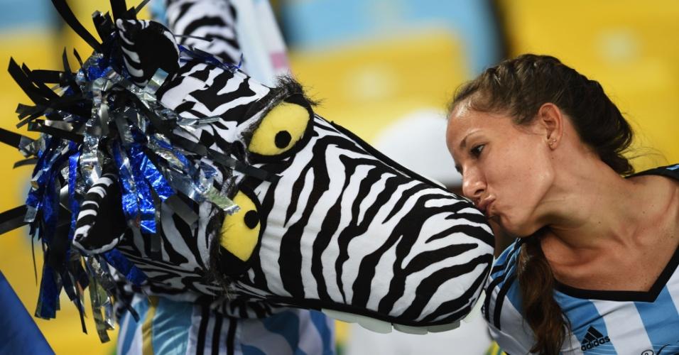 Argentina beija torcedor vestido de zebra no Maracanã, antes da partida contra Bósnia-Herzegóvina