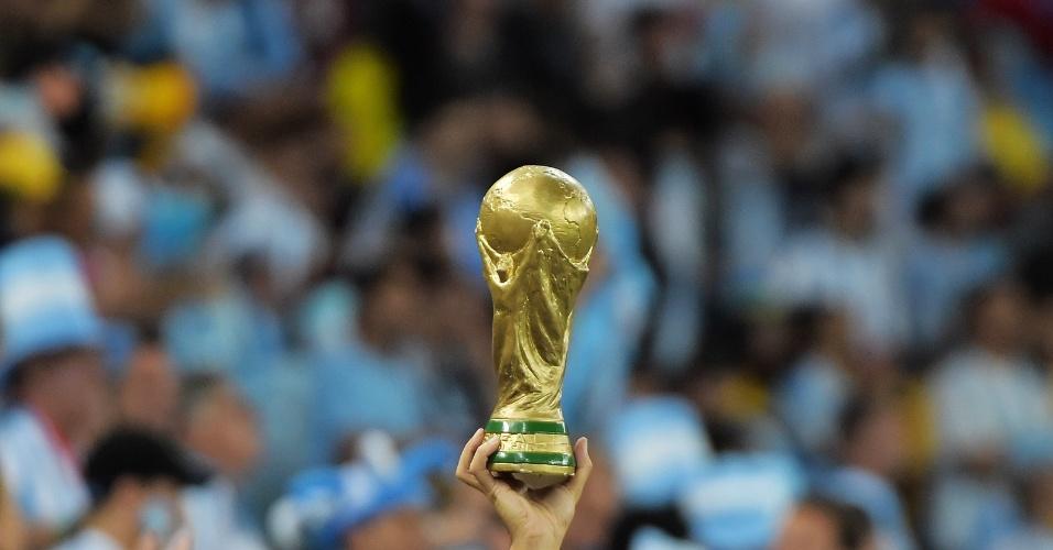 Argentino carrega réplica da taça da Copa do Mundo durante a partida contra a Bósnia, no Maracanã