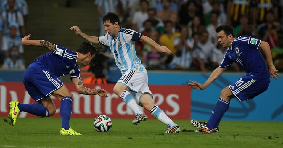 Argentino Messi precisou correr para escapar da marcação da Bósnia na estreia da Copa do Mundo