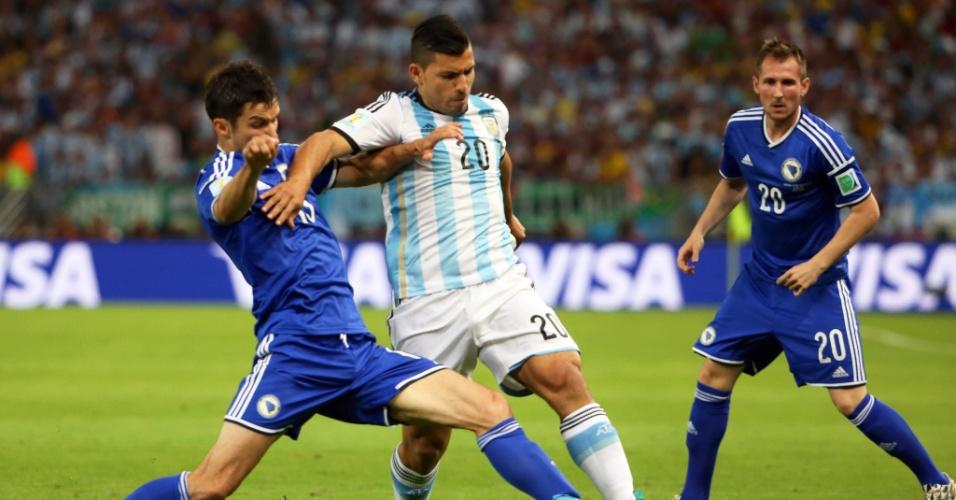 Argentino Sergio Aguero tenta passar pela marcação de Mensur Mujdza, da Bósnia, na partida no Maracanã