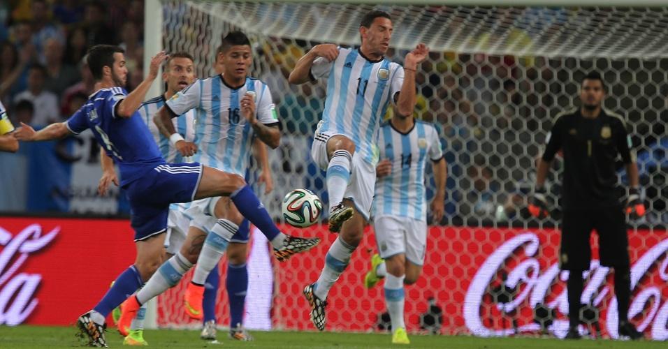 Argentinos fazem barreira para tentar impedir finalização da Bósnia-Herzegóvina, na partida no Maracanã