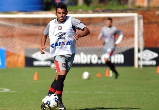 Atacante Éderson domina a bola durante um treinamento do Atlético-PR