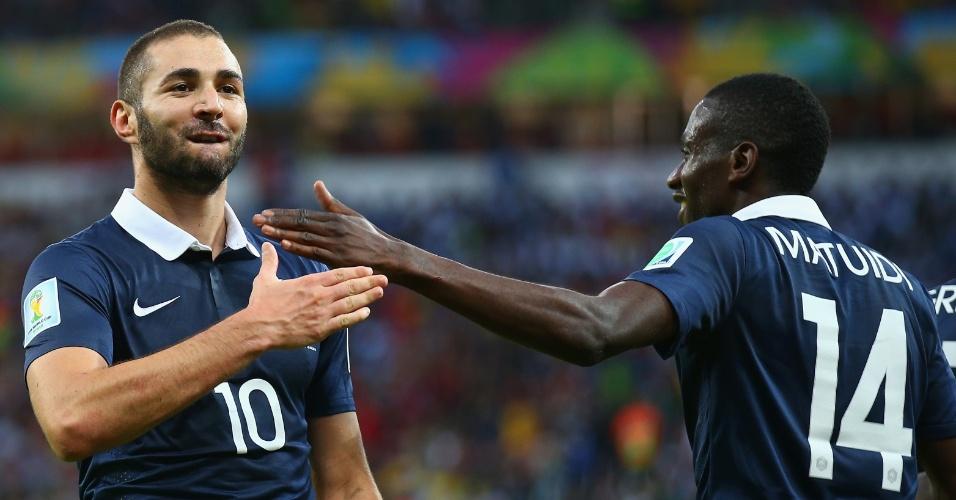 Benzema bate no peito para comemorar seu 2° gol, o terceiro da França contra Honduras