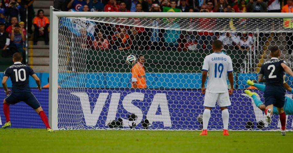 Benzema bate pênalti e abre o placar para a França sobre Honduras