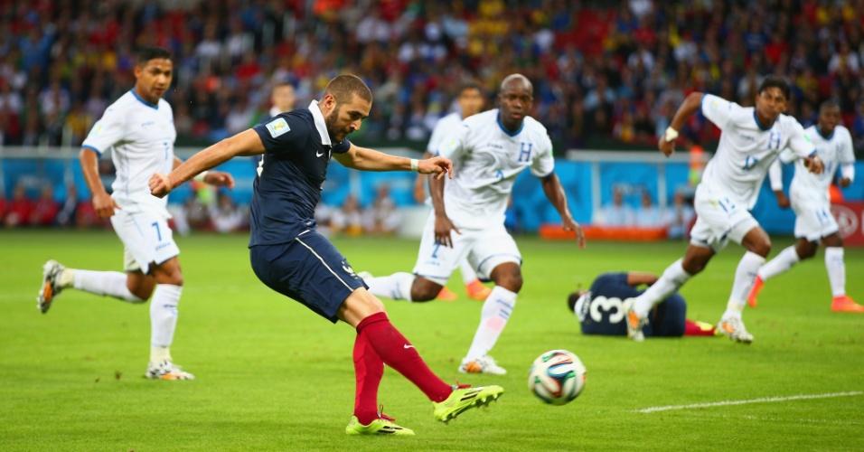Benzema chuta para marcar o terceiro da França e segundo dele na partida contra Honduras