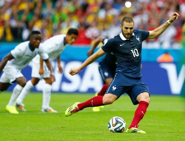 Benzema cobra o pênalti no qual abriu o placar para a França sobre Honduras