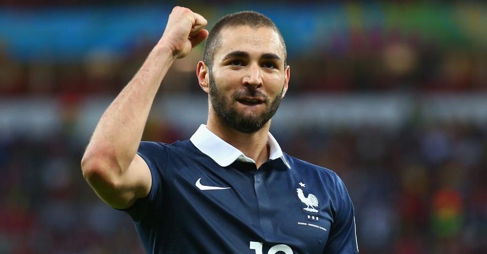 Benzema vibra com a torcida ao marcar o terceiro da França na estreia do time na Copa contra Honduras