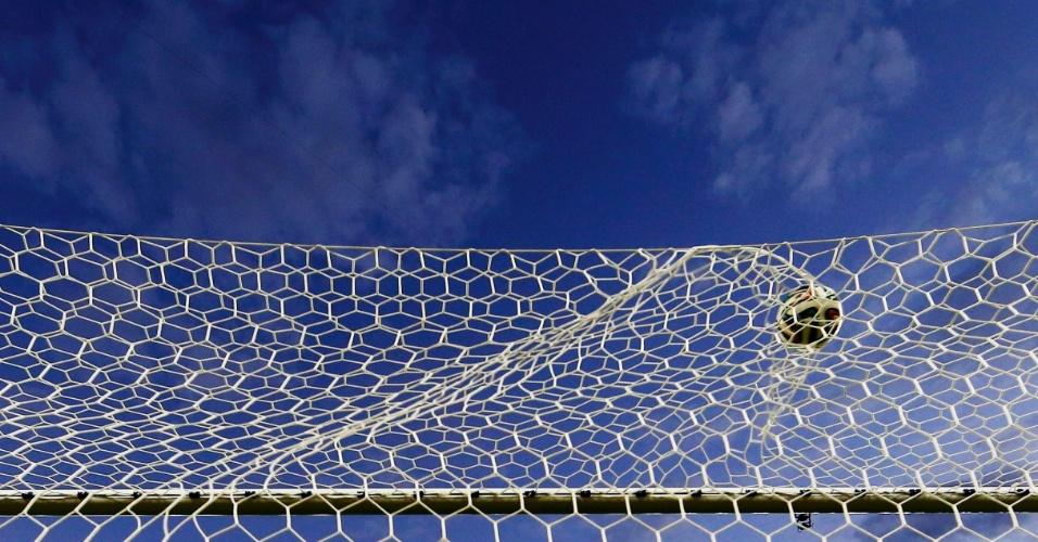 Bola chutada por Benzema balança a rede no terceiro gol da França contra Honduras