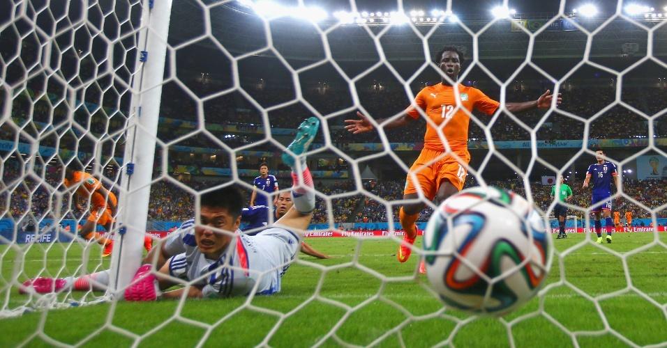 Bola morre no fundo do gol de Kawashima e dá a vitória para a Costa do Marfim