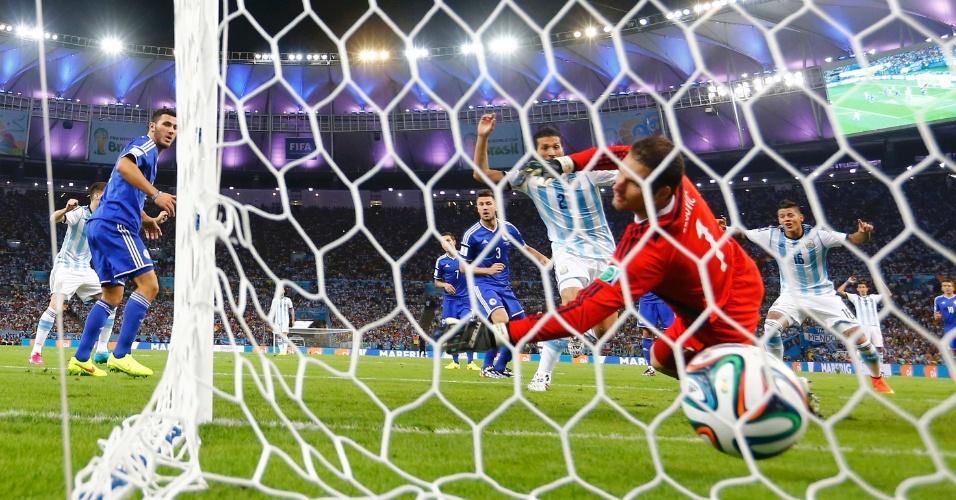 Bola vai morrer no fundo da rede após desvio contra de Kolasinac, que colocou a Argentina na frente do placar