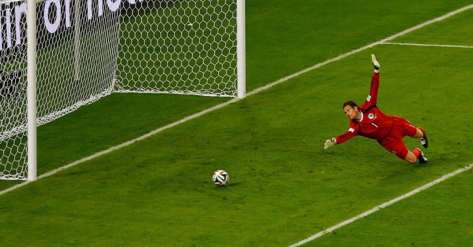 Bósnio Asmir Begovic não alcança a finalização certeira de Messi, que resultou no segundo gol da Argentina