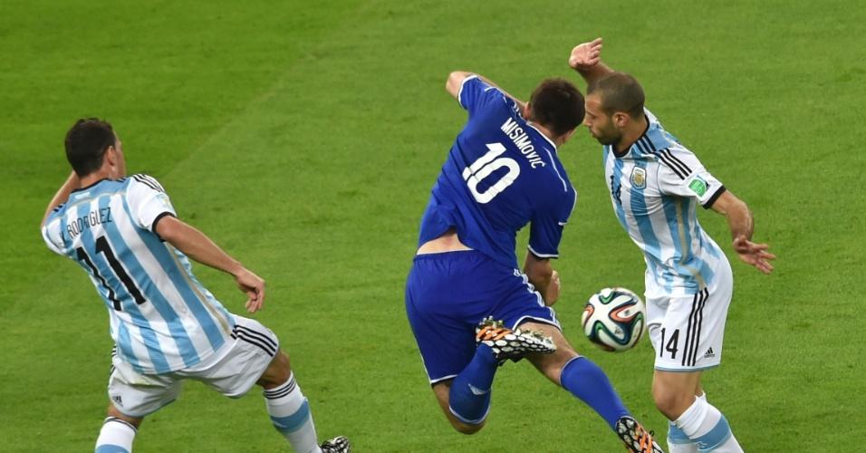 Bósnio Misimovic divide a bola com Maxi Rodriguez e Mascherano, da Argentina, no Maracanã