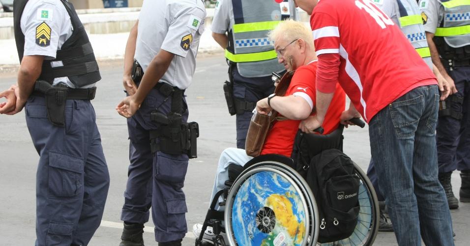 Cadeirante, torcedor suíço chega ao Mané Garrincha para a estreia contra o Equador