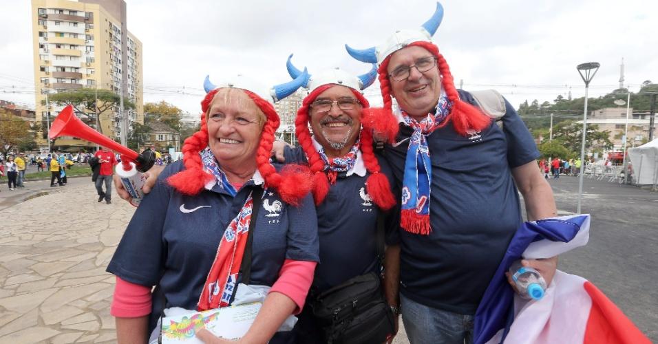 Capacete com chifres é utilizado por torcedores franceses antes da estreia contra Honduras