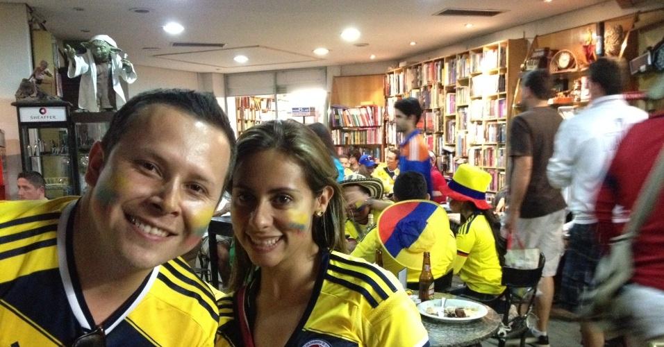 Casal de namorados comemoram vitória da Colômbia em bar em Belo Horizonte
