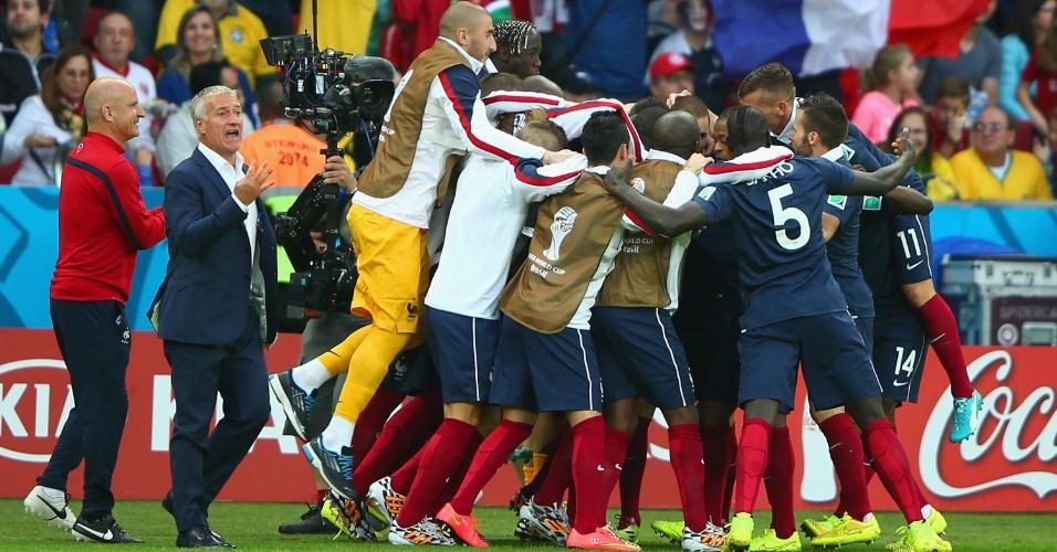 Com a torcida ao fundo, franceses comemoram o 3° gol sobre Honduras
