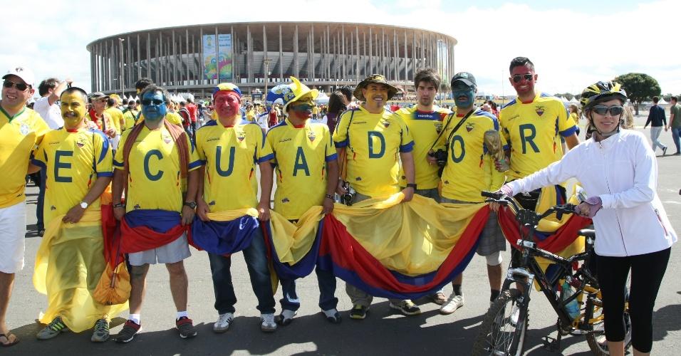 Com camisetas com as letras da palavra Equador, torcedores chegam ao estádio Mané Garrincha