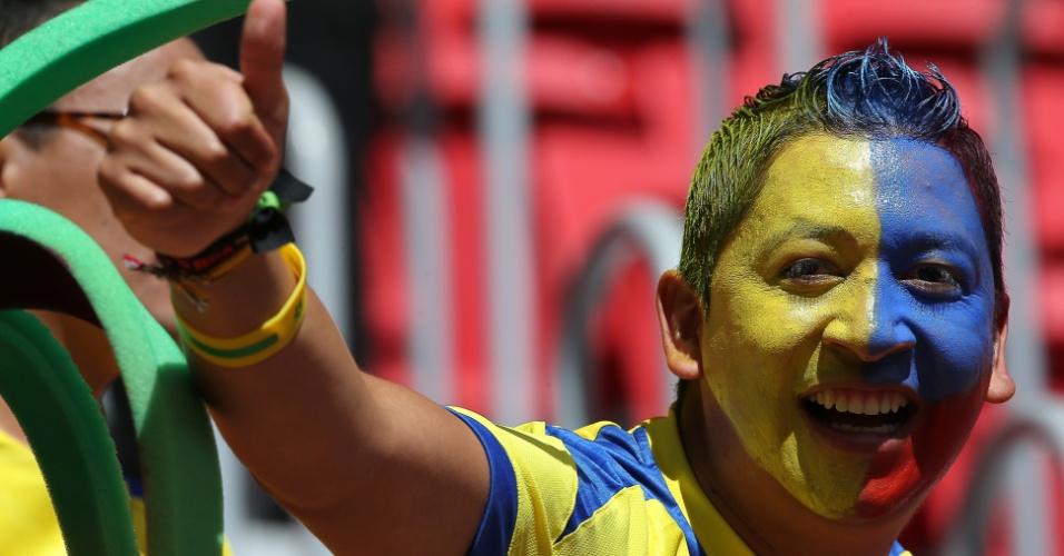 Com rosto pintado, torcedor equatoriano faz festa na chegada ao estádio Mané Garrincha