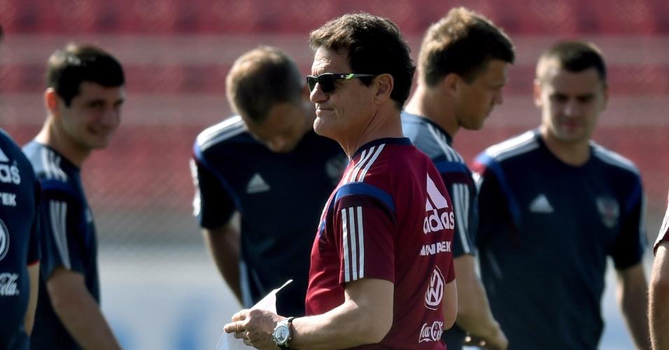 De óculos escuros, Fabio Capello comanda treino da Rússia em Itu, cidade de São Paulo