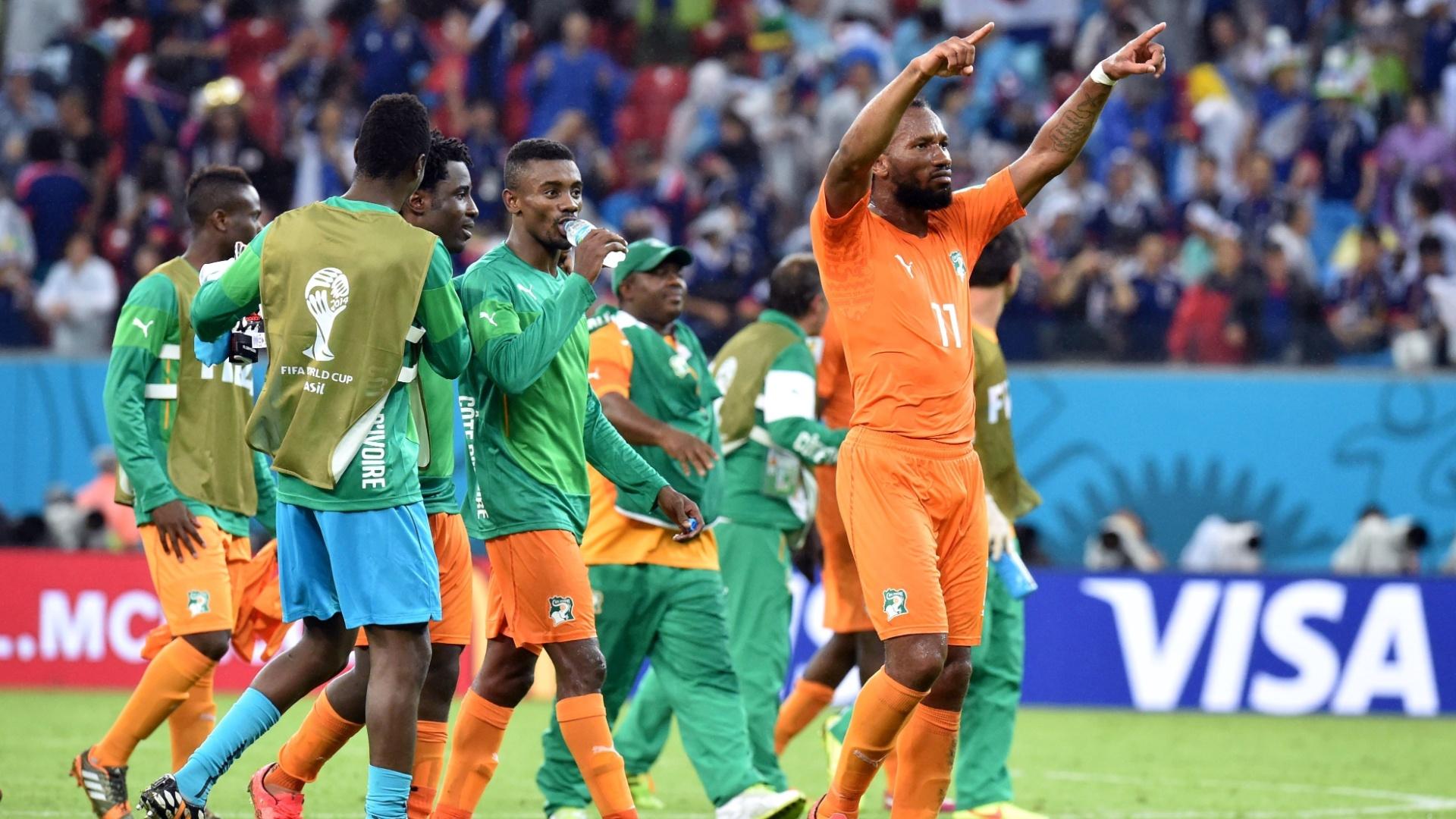 Didier Drogba e jogadores da Costa do Marfim comemoram a vitória sobre o Japão por 2 a 1 na Arena Pernambuco