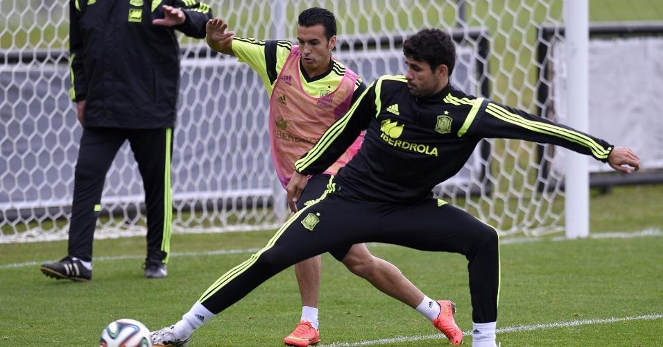 Diego Costa e Pedro disputam bola em treino da Espanha no CT do Caju, em Curitiba